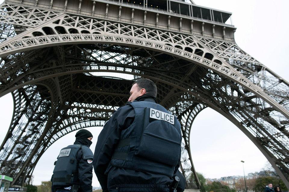 Во Франции введен режим чрезвычайного положения