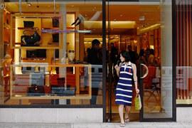 Сотрудницы лондонских магазинов уже общаются с китайскими туристами на их языке, но не готовы принимать их валюту