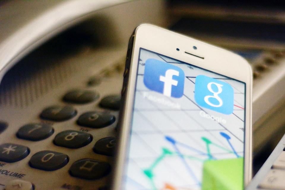 Уже довольно давно правительства европейских стран добиваются встраивания в продукты компаний вроде Facebook, Google и Twitter программных лазеек, которые позволили бы правоохранителям преодолеть защиту пользовательских данных