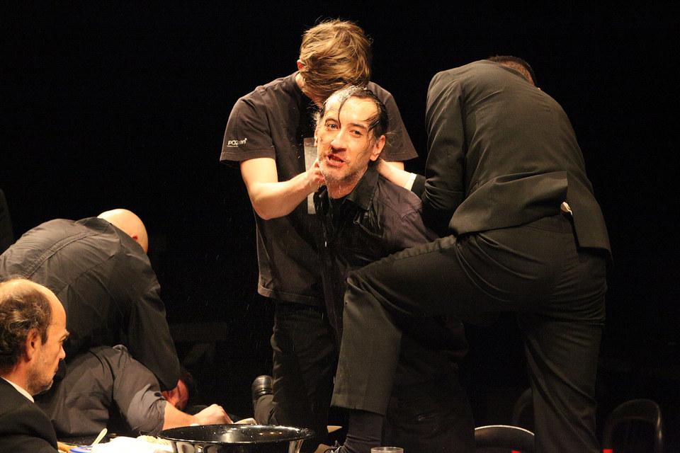 Отправка Гамлета в Англию: Розенкранц и Гильденстерн пытают принца, макая головой в таз