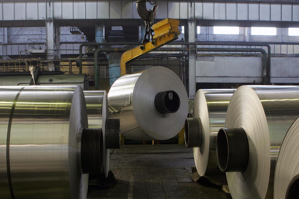 Китай готов пересмотреть объемы производства алюминия, чтобы остановить обвал цен