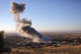 Вытеснение боевиков ИГ из города Синджар (на фото) позволило перекрыть важный маршрут поставок нефти