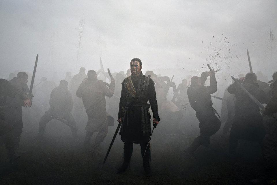 В бою Макбет (Майкл Фассбендер) свиреп, как 300 спартанцев