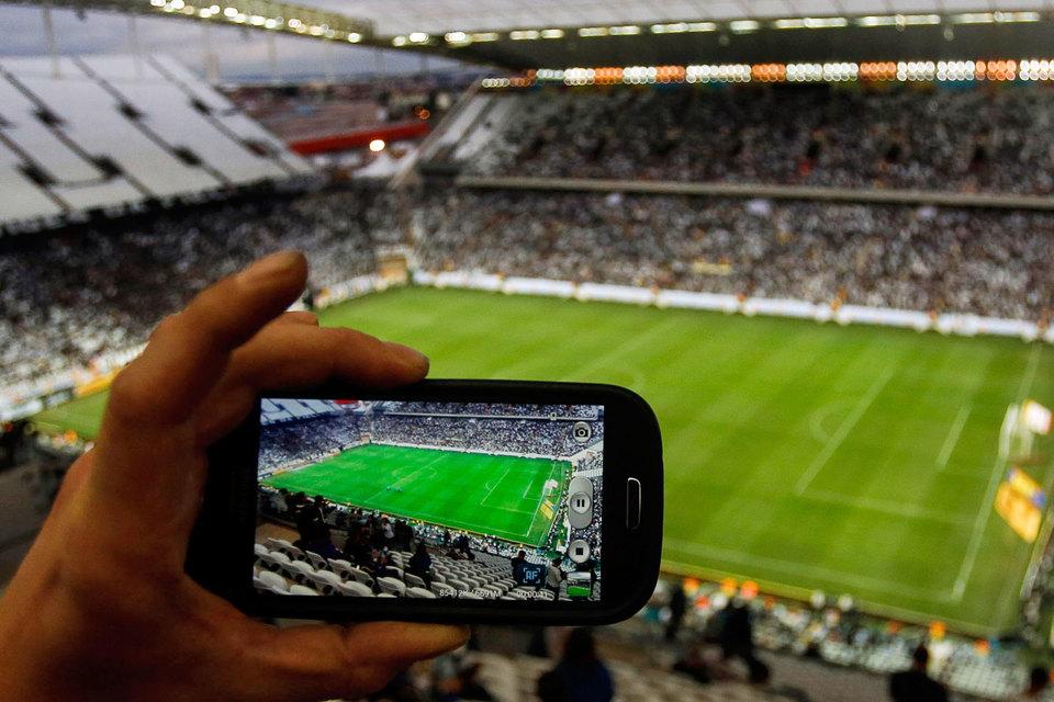 Присутствующие на спортивных зрелищах все чаще пользуются  мобильным интернетом, чтобы делиться съемками эпизодов игр