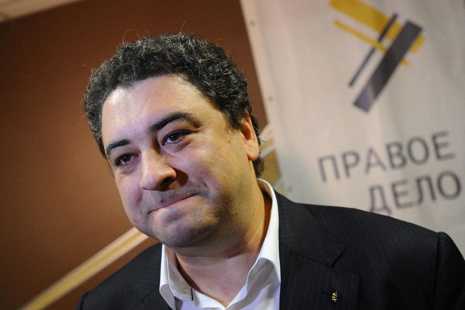 Политтехнолог Андрей Богданов взял название «Народный альянс» для своей партии, поскольку партия с таким названием не была зарегистрирована