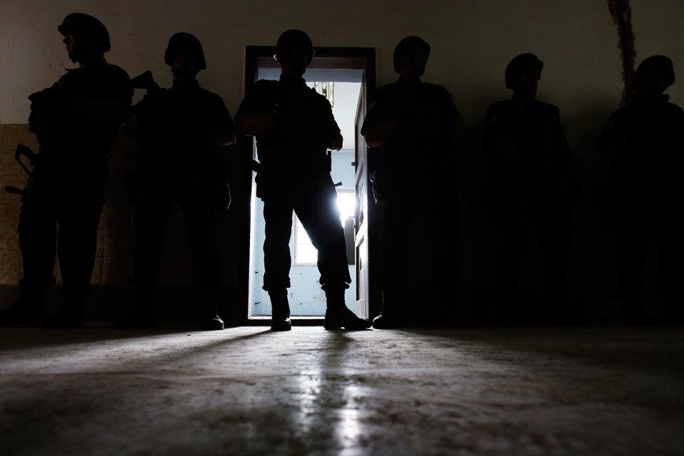 По данным минюста США, за полтора года с января 2014 г. было арестовано 64 гражданина США, которые подозревались в связях с ИГ, 28 из них планировали поездку в Сирию