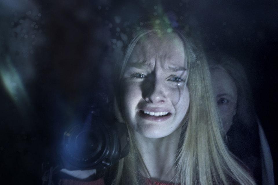 Внучка видит крадущуюся к ней бабушку, плачет, но продолжает снимать кино