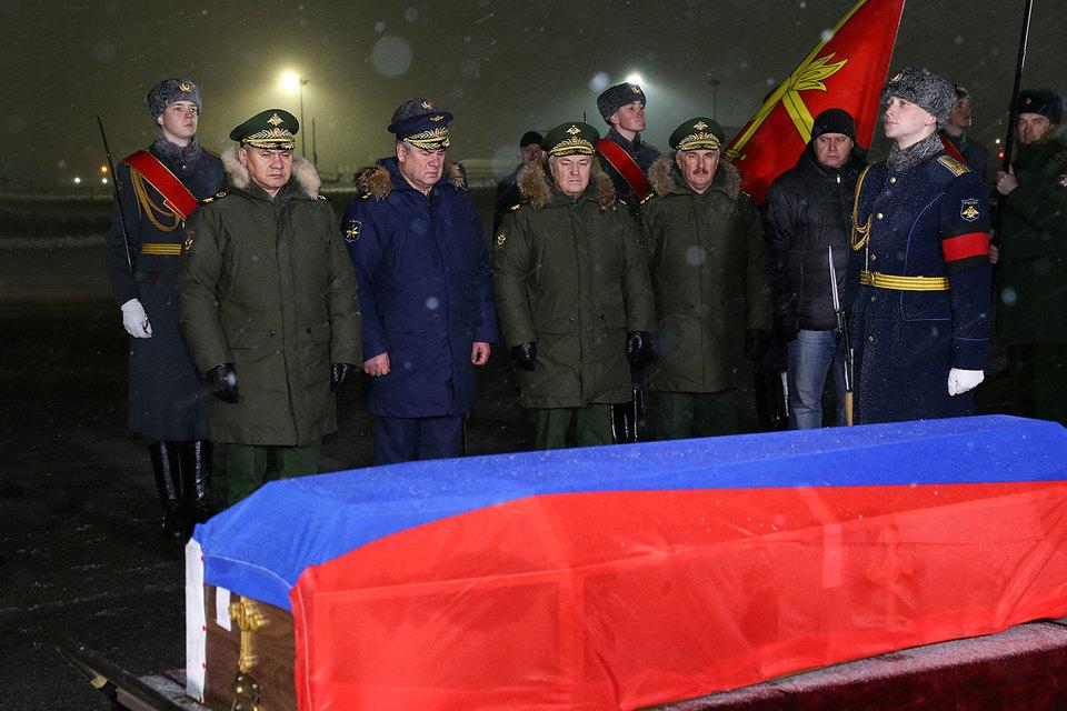 Самолет встречали министр обороны Сергей Шойгу и главком ВКС генерал-полковник Виктор Бондарев
