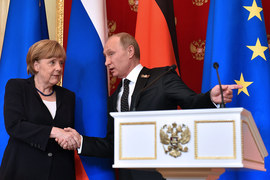 Германия хочет смягчить позицию России, предложив экономическое сотрудничество (на фото: канцлер Германии Ангела Меркель и президент России Владимир Путин)