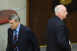 Если бы у Юрия Чайки (слева) или его сыновей были проблемы с законом, этим бы непременно воспользовался глава СКР Александр Бастрыкин (справа), считает депутат Госдумы Александр Хинштейн