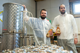 Ярослав Звягин (слева) и Павел Еременко (справа) мечтают уехать из Москвы в деревню. Созданное ими за городом производство натурального сока – первый к этому шаг