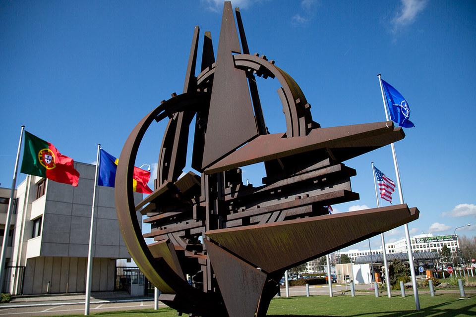 НАТО изучает возможность использования ранее установленных каналов для контактов с Россией