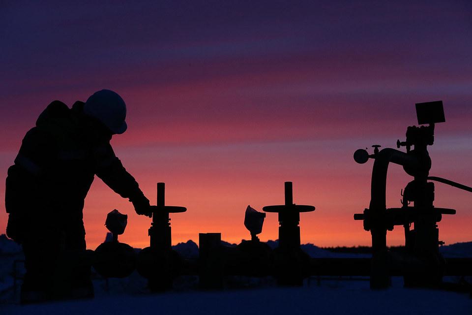 Нефть дешевеет из-за роста добычи в России и ОПЕК