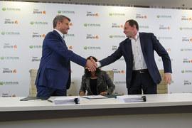Инвестиция в Сбербанк пока приносит фондам Oppenheimer прибыль, вложения в «Яндекс» они предпочли сократить (президент Сбербанка Герман Греф – на фото слева, справа – основатель «Яндекса» Аркадий Волож)