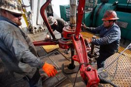 Хотя число нефтяников в США сократилось, добывать меньше нефти они не стали