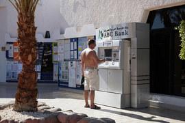 В этом сезоне многие банки обещают отпускникам не брать комиссию за снятие наличных в зарубежном банкомате