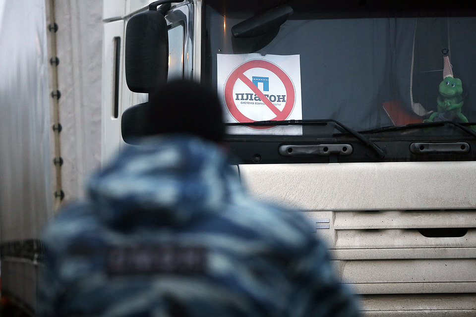 К водителям на парковке «Мега-Химки» присоединилась еще одна фура и два «Камаза» ОМОНа