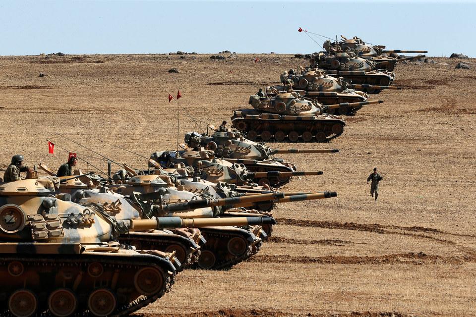 Турецкие солдаты с танками и артиллерией прибыли на север Ирака в рамках программы по обучению курдского ополчения «пешмерга» для борьбы с боевиками «Исламского государства» (ИГ, запрещено в России), сообщает турецкая Hurriyet