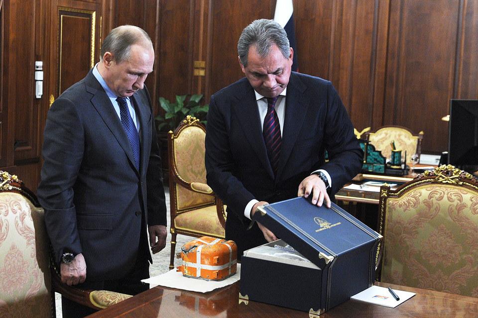 Шойгу представил Путину параметрический самописец российского военного самолета Су-24, сбитого турецким истребителем
