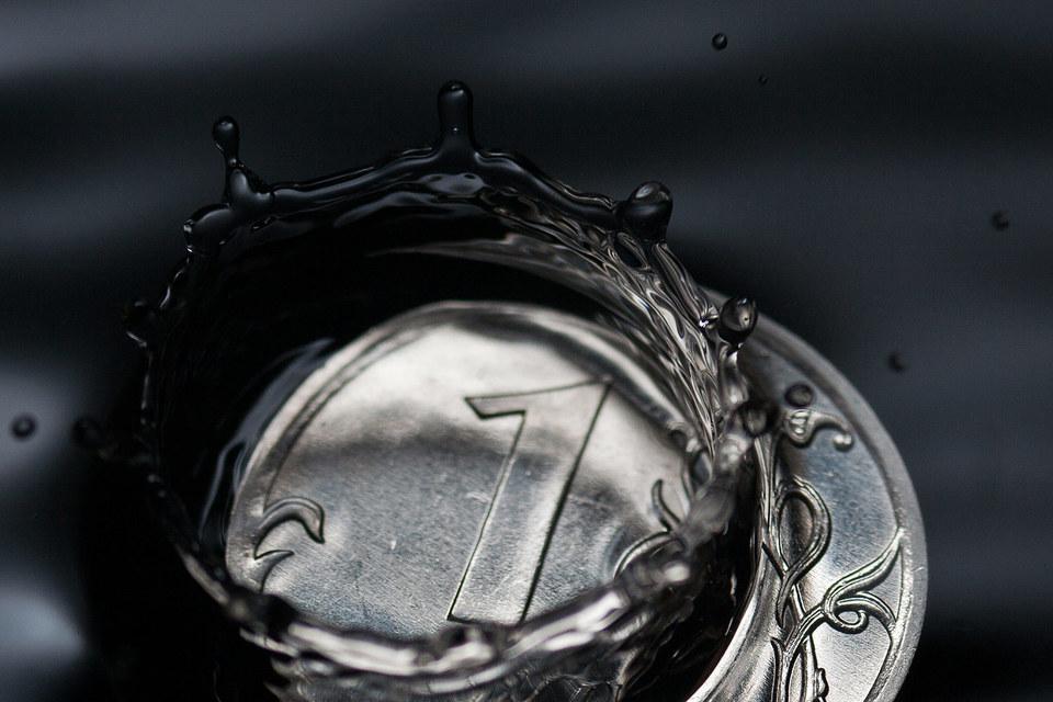 Задуматься о переходе на рубли согласны только треть нефтяных компаний, выяснили аналитики EY