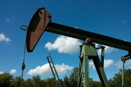 Рубль падает вслед за нефтью, но не так быстро, как год назад