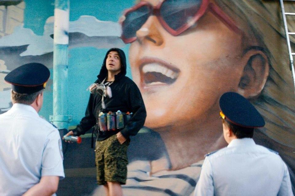 Герой Евгения Цыганова украшает Москву портретами своих девушек, а милиция это не одобряет