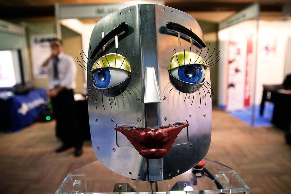 """""""Из-за природы человеческого мозга мы не можем не относиться к роботам, как к другим людям или хотя бы домашним животным"""", – говорит Йоханна Сейбт, профессор Орхусского университета в Дании"""