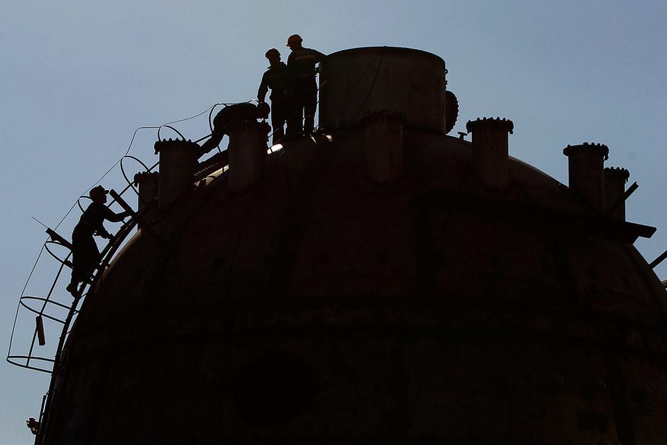 По прогнозу МЭА, предложение нефти будет превышать спрос весь 2016 год