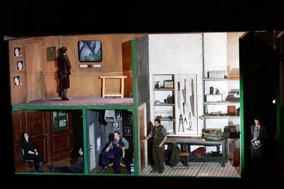 Персонажи оперы Генделя держат друг друга под замком и разглядывают через монитор