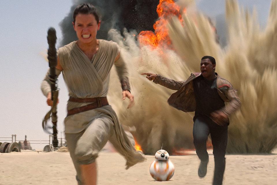 Новые герои «Звездных войн» – мусорщица, беглый штурмовик и робот BB8 – удачно вписаны в привычный фанатам антураж