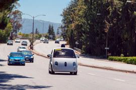 Правила требуют от водителей быть готовыми взять контроль над автомобилем. Но в прототипе Google нет ни руля, ни педалей