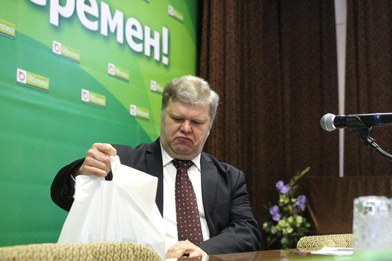Сергей Митрохин заявил, что после принятия поправки в устав, предусматривающей ограничение пребывания в должности председателя партии двумя сроками, т. е. максимум восемь лет, не будет выдвигать свою кандидатуру на пост председателя партии «Яблоко»