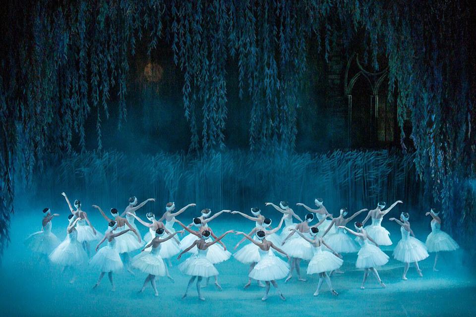 Современый хореограф благоговейно сохранил в своей постановке контуры белого балета