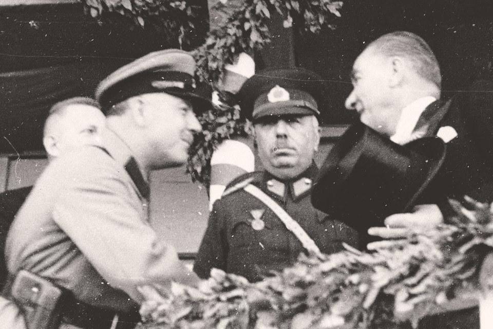 В 1920–1930-е гг. Советская Россия оказала Турции значительную военную, политическую и экономическую помощь. На фото: Кемаль Ататюрк (справа) принимает наркома обороны Климента Ворошилова, ноябрь 1933 г.