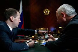 Гендиректор «Ростеха» Сергей Чемезов подарил премьер-министру России Дмитрию Медведеву первый российский смартфон YotaPhone
