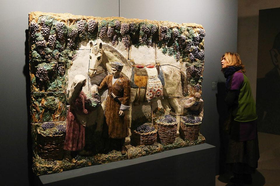 Керамическое панно Исидора Фрих-Хара «Сбор винограда»
