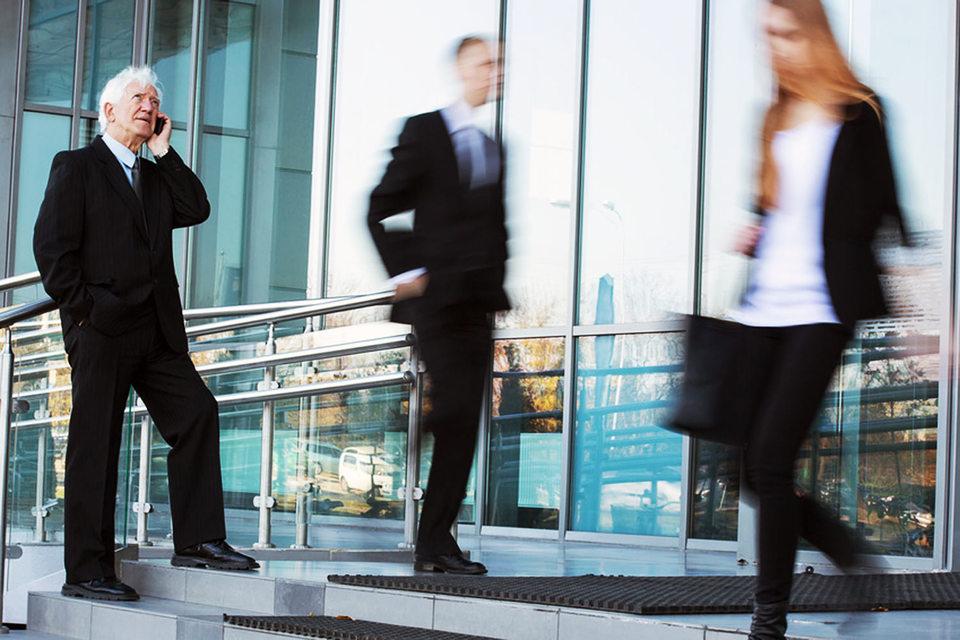 Пожилые стажеры вынуждены работать под руководством молодых начальников
