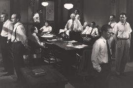 """Кадр из фильма """"12 разгневанных мужчин"""", 1957 г."""