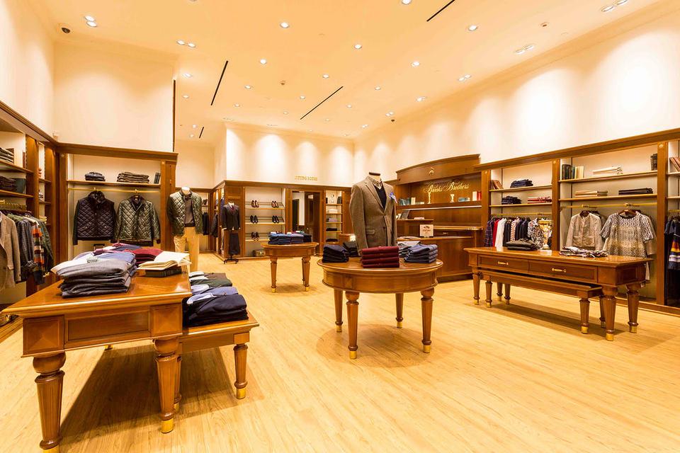 Интерьер нового магазина Brooks Brothers в «Авиапарке» выполнен в той же стилистике, что и флагманского в ГУМе