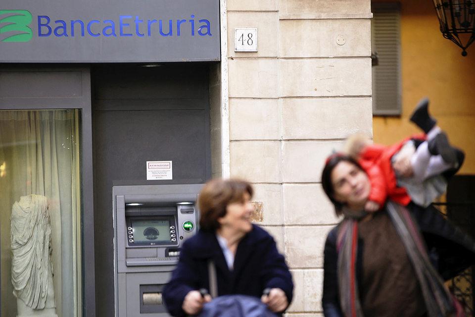 Etruria не закрылся, но в ноябре его и еще три региональных банка – Cassa di Risparmio di Ferrara, Banca delle Marche и CariChieti – пришлось спасать