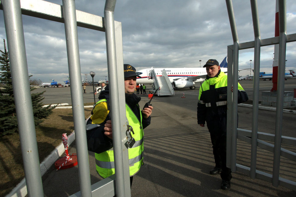 Девальвация рубля привела к почти двукратному снижению цен на самолеты Sukhoi SuperJet для региональных компаний