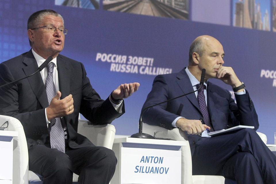 Министрам экономического развития и финансов – Алексею Улюкаеву (на фото слева) и Антону Силуанову – не удалось договориться, как вывести Россию из кризиса