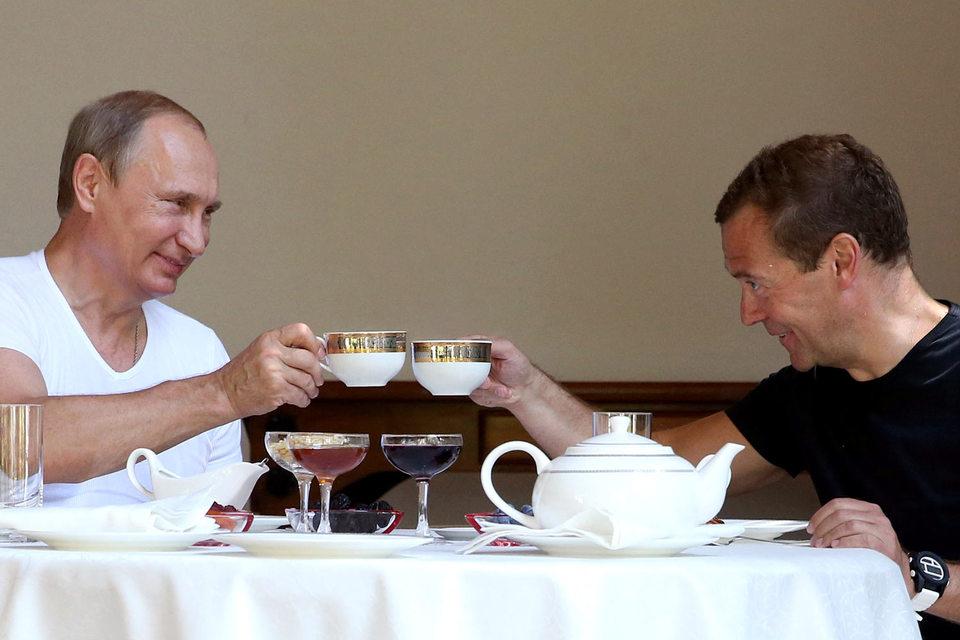 Президент Владимир Путин (на фото слева) и премьер Дмитрий Медведев продолжат обсуждать борьбу с кризисом