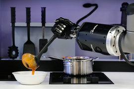 Робот компании Moley Robotics готовит крабовый суп на ганноверской ярмарке высоких технологий