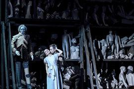 Статуя Командора – лишь один из манекенов на складе