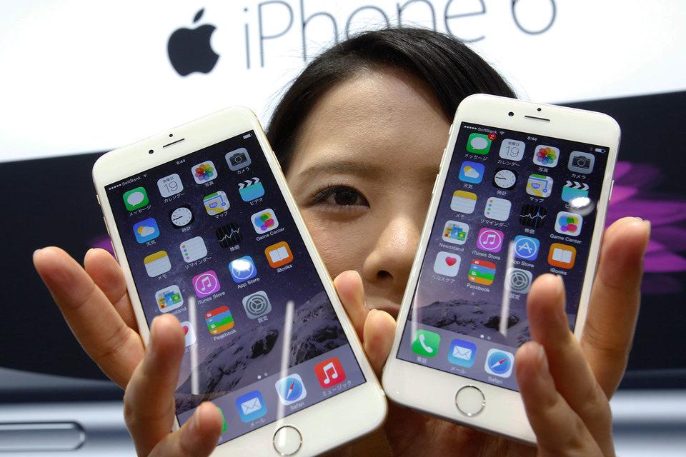 Продажи смартфона Apple в мире впервые снизились год к году