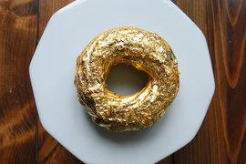 Пончик с 24-каратной позолотой скорее исключение из меню Manila Social Club, в котором самое дорогое блюдо стоило $26