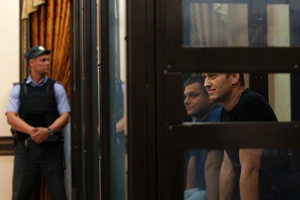 По мнению ЕСПЧ, Алексей Навальный (справа) и Петр Офицеров осуждены за обычный бизнес