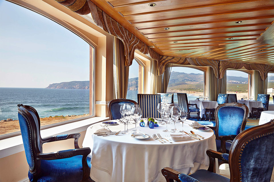 Залитый щедрым португальским солнцем ресторан отеля Fortaleza do Guincho сразу настраивает на радостный лад