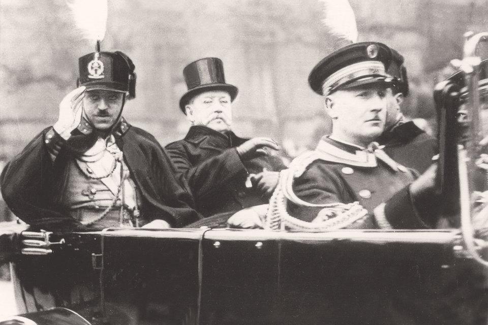 В сентябре 1924 г. эмир Аманулла-хан (слева на фото) пригласил советских летчиков для оказания помощи афганской армии, которая вела напряженную борьбу с повстанческим движением в центре страны